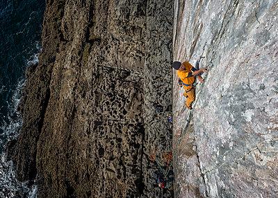 United Kingdom, Pembroke, Mother Carey's Kitchen, Rock climbing - p300m1081344f by Alun Richardson