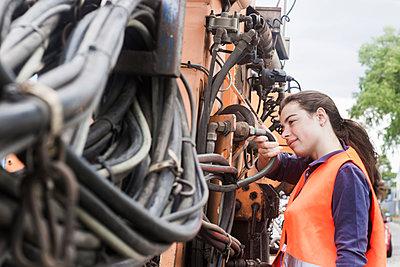 Female technician examining truck - p300m2155746 by Sigrid Gombert
