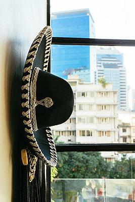Sombrero mit Blick auf Bangkok - p728m1124402 von Peter Nitsch