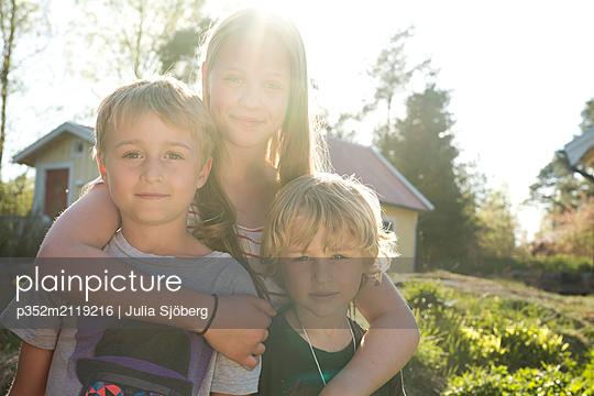 Siblings in sunlight - p352m2119216 by Julia Sjöberg