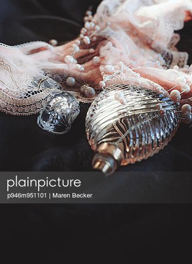 Dessous, Perlen und Parfumflacon - p946m951101 von Maren Becker