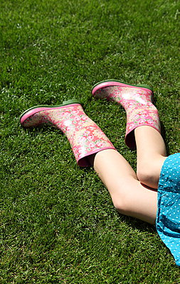 Relaxing in the garden - p045m912819 by Jasmin Sander