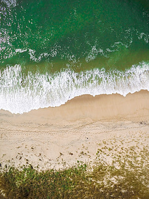 Overhead scenic view of waves flowing on shore at beach - p1166m1570331 by Cavan Social