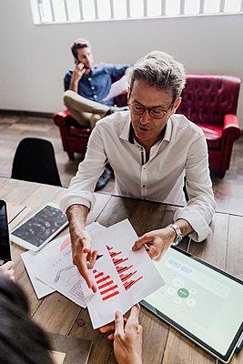 Businessman analyzing a bar chart in office - p300m2080000 by Giorgio Fochesato