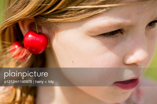 Mädchen mit Kirschohrringen - p1212m1145975 von harry + lidy