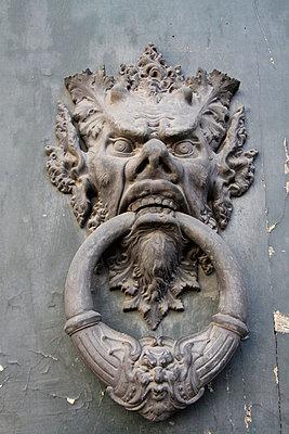 Türklopfer mit grimmigem Gesicht - p277m729248 von Dieter Reichelt
