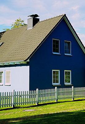 Blaues Haus - p606m1481442 von Iris Friedrich