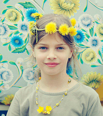Portrait of girl with floral wreath - p896m836095 by Richard Brocken