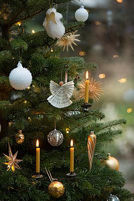 Weihnachtsbaum mit Kerzen und Dekoration in weiß und Beigetönen. - p948m2014763 von Sibylle Pietrek
