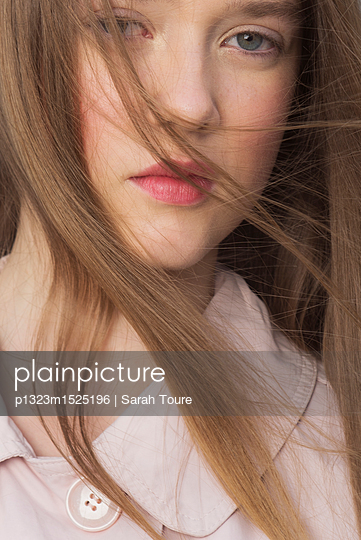 Close-up portrait of a young woman - p1323m1525196 von Sarah Toure