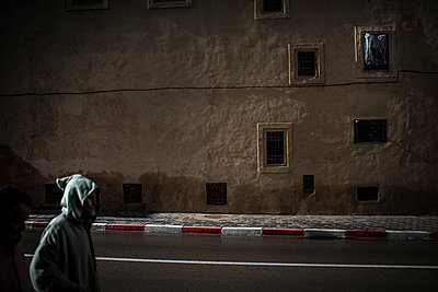 Hooded man in the street - p1007m1216791 by Tilby Vattard