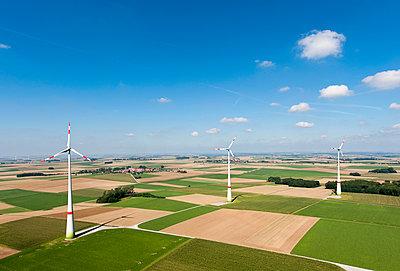 Windrad neben dem Dorf - p1079m891442 von Ulrich Mertens