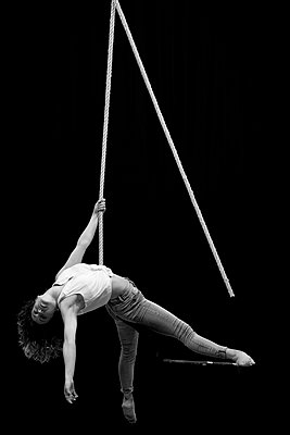 Aerial dancing beauty - p1166m2135966 by Cavan Images