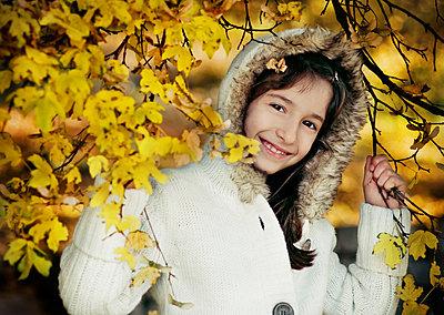 Freundliches Mädchen im Herbst - p1432m1496490 von Svetlana Bekyarova