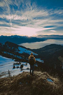 Person mit Sonnenuntergang am Genfer See im Hintergrund - p1455m2043679 von Ingmar Wein