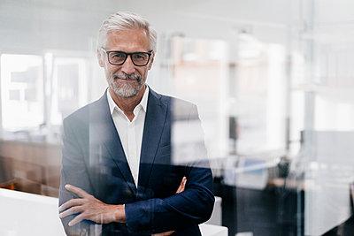 Portrait of confident mature businessman in office - p300m1494812 by Kniel Synnatzschke