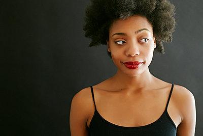 Close up of black woman smirking - p555m1413368 by Peathegee Inc