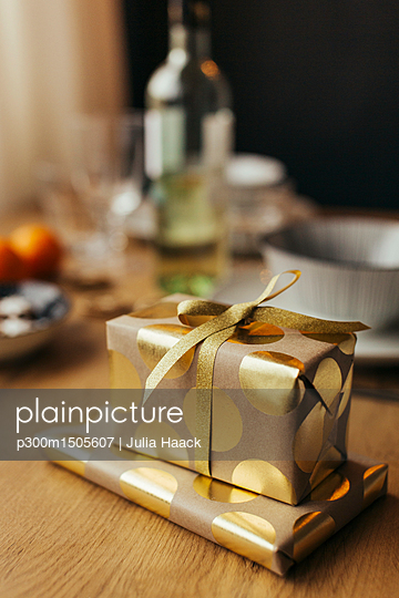 plainpicture | Photo library for authentic images - plainpicture p300m1505607 - Christmas presents - plainpicture/Westend61/Julia Haack