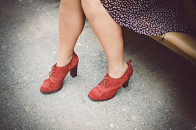 Woman wearing red shoes - p1150m1424784 by Elise Ortiou Campion