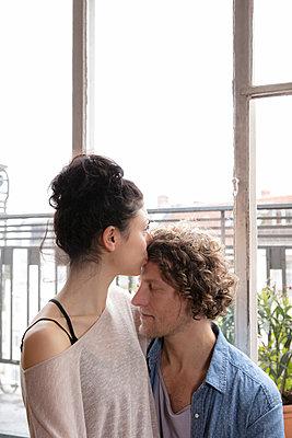 Junges Paar am Fenster - p1212m1178926 von harry + lidy