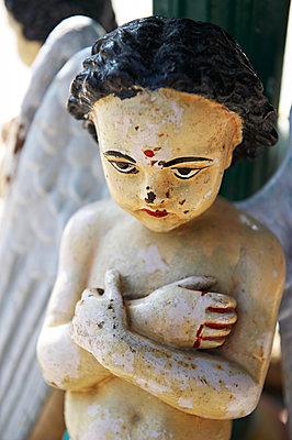 Eine kleine Statue mit Engelsflügeln - p1259m1111483 von J.-P. Westermann