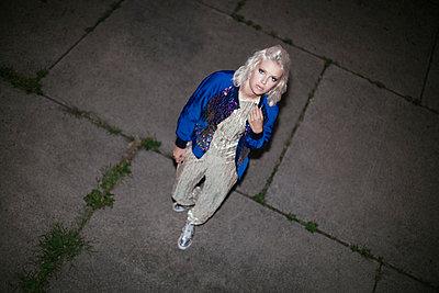 Frau auf dem Weg zur Party - p1345m1203578 von Alexandra Kern