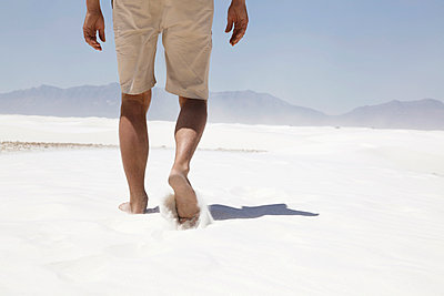 Man walking in White Sands - p214m972497 by hasengold