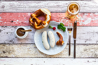 White sausage breakfast with pretzels, mustard and beer - p300m2144634 by Sandra Roesch