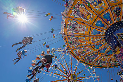 People tourists chain swing carousel Oktoberfest - p609m1473065 by OSKARQ