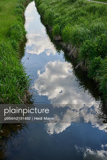 Wolkenspiegelung im Bach - p954m2191492 von Heidi Mayer