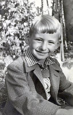 Portrait of boy with blond hair - p1541m2116878 by Ruth Botzenhardt