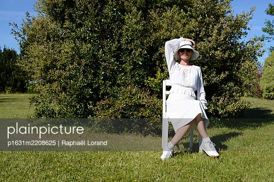 Sitting woman - p1631m2208625 by Raphaël Lorand