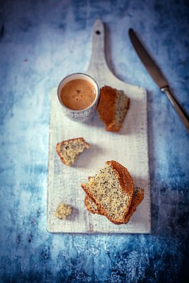 Rose water and poppy seed loaf - p1392m1446156 by Federica Di Marcello