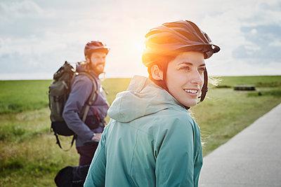 Deutschland, Schleswig-Holstein, Eiderstedt, Ehepaar auf Fahrradtour mit Pause in Moorlandschaft - p300m2291872 von Roger Richter