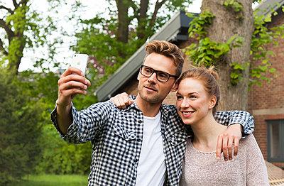 Selfie im Garten - p981m1481271 von Franke + Mans