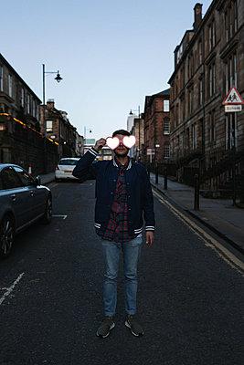 Man holding heart-shaped glasses - p1477m2038914 by rainandsalt