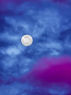 Moody moon - p1543m2260604 by Sophia Snadli