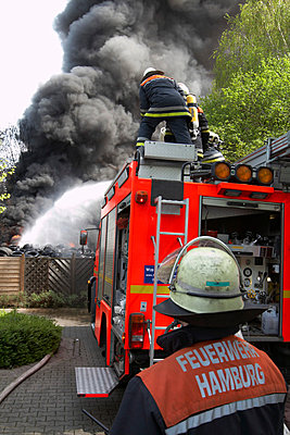 Germany, Hamburg, Fire brigade operation - p300m879488 by Tom Hoenig