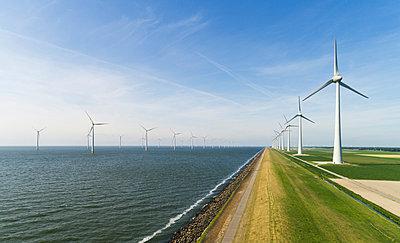 Onshore and offshore wind farm in dutch polder, Urk, Flevoland, Netherlands - p429m2019467 by Mischa Keijser