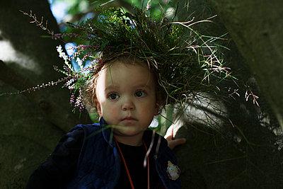 Kleines Mädchen als Waldfee - p906m1362786 von Wassily Zittel