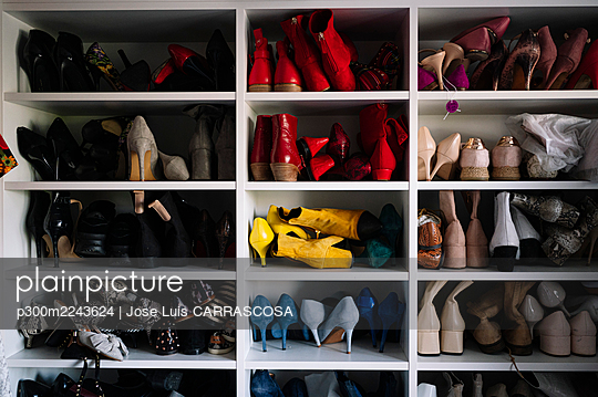 Variation of footwear in rack at home - p300m2243624 by Jose Luis CARRASCOSA