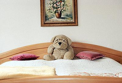 Kuscheltier auf Bett - p0830049 von Thomas Lemmler