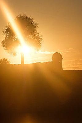 Silhouette of Castillo de San Marcos at sunset in St. Augustine, USA - p1427m2128284 by Tetra Images