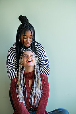 Zwei junge Frauen als Freundinnen mit Haarverlängerung - p427m2063912 von Ralf Mohr