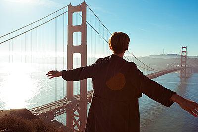 Frau an Golden Gate Bridge - p432m1082613 von mia takahara