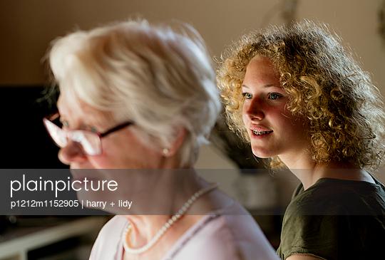 Oma und Enkelin - p1212m1152905 von harry + lidy