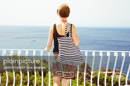 Frau blickt aufs Meer - p432m1153093 von mia takahara