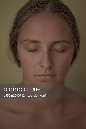 Young woman with closed eyes and nose piercing, portrait - p552m2200712 by Leander Hopf