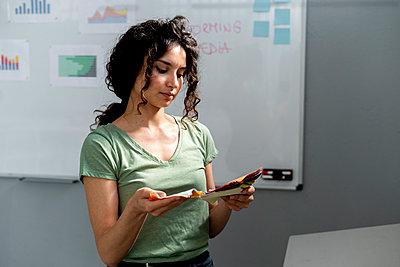 Woman working in a creative office - p300m2293467 von Giorgio Fochesato