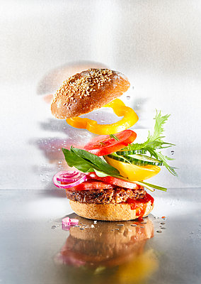 Burger with vegetables, flying ingredients - p851m2245550 by Lohfink